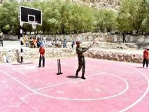 एमएस धोनी बच्चों के साथ लेह में क्रिकेट खेलते आए नजर, तस्वीर हुई वायरल