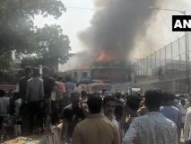 मुंबई के बांद्रा के झुग्गियों में भीषण आग, फायर ब्रिगेड की नौ गाड़ियां मौके पर मौजूद
