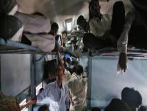 भारतीय रेलवे ने बिना सीट के जमकर की बुकिंग, खामियाजा भुगत रहे हैं यात्री