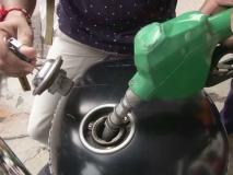 चुनाव आते ही तेजी से सस्ते हो रहे हैं पेट्रोल-डीजल, जानिए आज के रेट