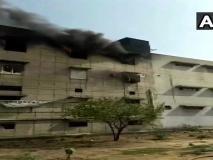 दिल्ली: बवाना में एक प्लास्टिक फैक्ट्री में लगी आग, दमकल की गाड़ियां मौके पर