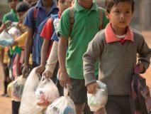 अनोखा स्कूल जहां फीस के लिए पैसे नहीं बल्कि बच्चे देते हैं प्लास्टिक का कचरा