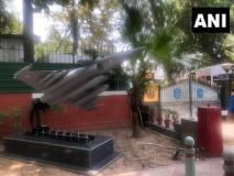 दिल्लीः एयर चीफ मार्शल के आवास के बाहर लगी राफेल की प्रतिमूर्ति, पड़ोस में है कांग्रेस मुख्यालय