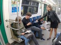 वायरल: मेट्रो में पैर फैलाकर बैठने वाले मर्दों का बुरा हाल कर रही है ये लड़की