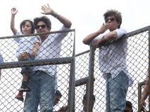शाहरुख खान ने बेटे अबराम खान के साथ मन्नत में आए नजर, बकरीद पर दी फैंस को बधाई