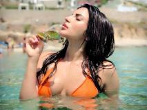 शमा सिकंदर ने पानी में ऑरेंज बिकीनी में तस्वीर शेयर कर दिखाई अपनी अदाएं