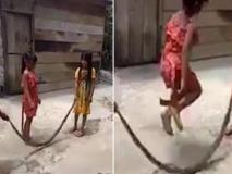 मरे हुए सांप को रस्सी बनाकर कूद रहीं है बच्चियां, वायरल वीडियो को देख हर कोई हैरान