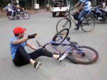 तेज प्रताप यादव से नहीं संभली साइकिल, सड़क पर गिर पड़े बिहार के पूर्व स्वास्थ्य मंत्री