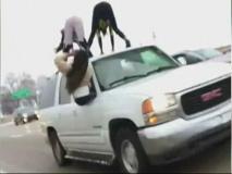 चलती कार के ऊपर लड़कियां करने लगीं ऐसी हरकत, VIDEO हुआ वायरल