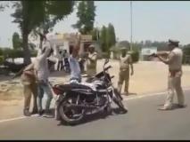 उत्तर प्रदेशः बंदूक की नोक पर आम जनता की तलाशी ले रही यूपी पुलिस, एसएसपी बोले- इसमें कुछ भी गलत नहीं