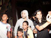 Photos: जिम सेशन के बाद वरुण धवन ने फैंस के साथ क्लिक कराई स्लेफी