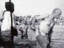 जवाहरलाल नेहरू ने कुंभ में जनेऊ पहन किया था स्नान? जानें क्या है वायरल हो रही तस्वीर की सच्चाई