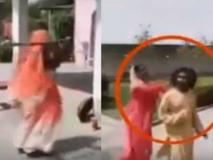 मंदिर में महिलाओं से छेड़छाड़ करने वाले पुजारी को किन्नरों ने दौड़ाकर पीटा, वीडियो वायरल