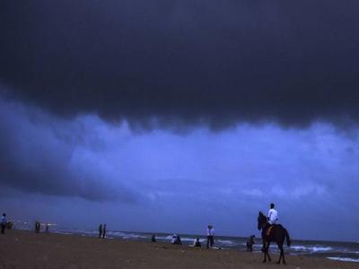 समुद्री तूफान 'गज' पहुँचा तमिलनाडु, 76 हजार लोगों को सुरक्षित जगहों पर भेजा गया