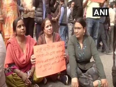 CAA Protest: शाहीन बाग में परेशान महिलाएं सड़कों पर उतरीं, रास्ता खुलवाने की जद्दोजहद जारी