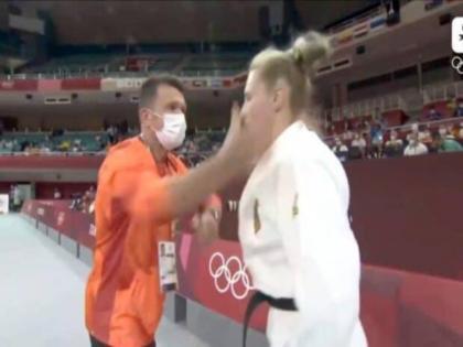 Judo coach slaps athlete in bizarre pre fight ritual in tokyo olympic video goes viral | Tokyo Olympic 2020 : मुकाबले से पहले जूडो खिलाड़ी को कोच ने मारा थप्पड़, वीडियो देख आप भी हर जाएंगे हैरान
