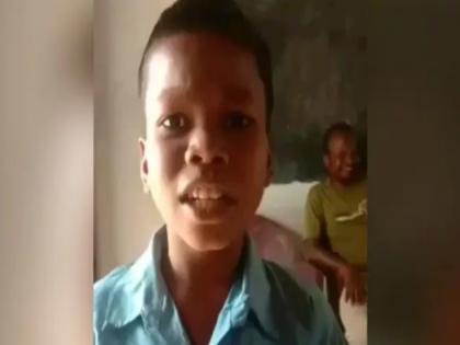 viral video of kid sang bachpan ka pyar bhool nhi jana re in school uniform funny video watch   बच्चे ने स्कूल यूनिफॉर्म में गाया मजेदार गाना, 'बचपन का प्यार मेरा भूल नहीं जाना रे', वीडियो वायरल