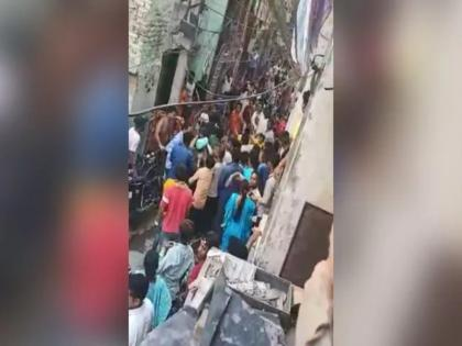 delhi mob caught 3 people want to extrot money from vegetable seller beaten up with sticks | दिल्ली : सब्जी विक्रेताओं से रंगदारी वसूलने गए थे तीनों लोग, भीड़ ने जमकर कर दी पिटाई, पुलिस ने दर्ज की शिकायत