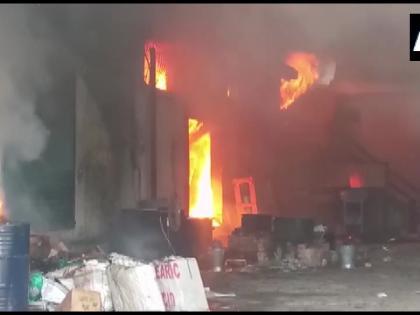 Moradabad Fire breaks out factory Katghar area6 fire tenders are at spot uttar pradesh   मुरादाबाद मेंमोमबत्ती बनाने कीफैक्ट्री में शार्ट सर्किट से आग, लाखों का नुकसान