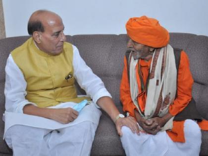 Rajnath meets 106-year-old Bhulai Bhai, senior most member of BJP   जानिए कौन हैं 106 साल साल के भुलई भाई, राजनाथ सिंह से मुलाकात के बाद हुए भावुक