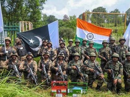 BSF and Pak Rangers present sweets BakridEid-ul-Adha amid ban on mass prayers in Kashmir | बीएसएफ और पाक रेंजर्स ने बकरीद पर एक-दूसरे को मिठाइयां भेंट की,कश्मीर में सामूहिक नमाज पर प्रतिबंध के बीच ईद-उल-अजहा