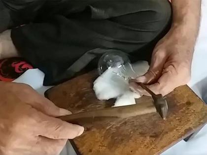 Meet 70-year-old craftsman, chisel with a hammer to do great work in an electric bulb   मिलिए 70 वर्षीय कारीगर से, छेनी हतौड़ी से बिजली के बल्ब में करते है बेहतरीन कलाकारी