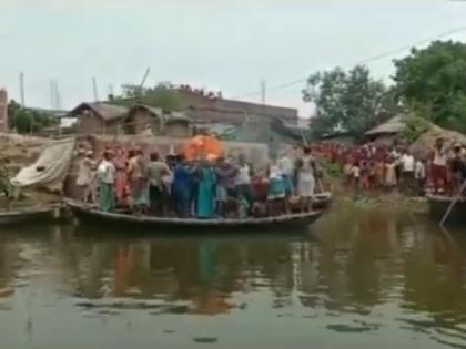 floodsNorth Bihar People perform body dead baotsupportcremation river patna see pics | बाढ़ से बेहालःउत्तर बिहार के लोग पानी के बीच अनूठे तरह से करते हैं अंतिम संस्कार, नाव सहारा