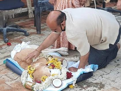 When Basavaraj Bommai's tears did not stop over death of dog, video viral again after becoming the CM of Karnataka | ... जब कुत्ते की मौत पर नहीं थमे बसवराज बोम्मई के आंसू, कर्नाटक का सीएम बनने के बाद फिर वायरल हुआ वीडियो