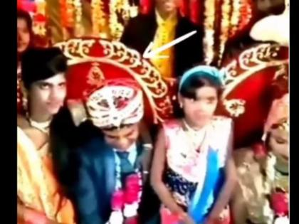 viral video brides sister suddenly starts kissing groom while taking pictures on wedding stage   शादी में दुल्हन की बहन ने ऐसे किया दूल्हे को किस, लोगों ने कहा- भगवान ऐसी साली सबको दें, वीडियो वायरल