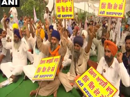 Farmers block road warns MPs of Agricultural Bill to stop entering village   किसानों ने सड़क जाम की, कृषि विधेयक के समर्थक सांसदों को गांव में घुसने से रोकने की चेतावनी