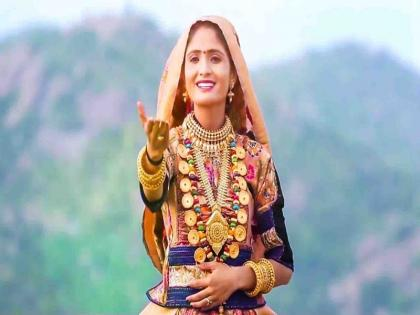 Popular Gujarati singer Geeta Rabari got Kovid-19 vaccine administered at home, investigation started   गुजरात: कच्छ की कोयल नाम से मशहूर लोकगायिका ने घर पर लगवाई वैक्सीन, मचा हंगामा