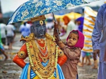 smriti irani shared a photo of a child holding an umberlla over the statue of a deity | बारिश में भगवान की मूर्ति पर छतरी लगाए खड़ा था मासूम बच्चा, स्मृति ईरानी ने शेयर की फोटो