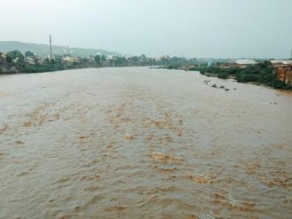MP pregnant woman carried on cot across swollen river due to lack of bridge | मध्यप्रदेश : पुल नहीं होने से गर्भवती महिला को खाट पर कराना पड़ा नदी पार, बच्चे की हुई मौत, जानें पूरा मामला