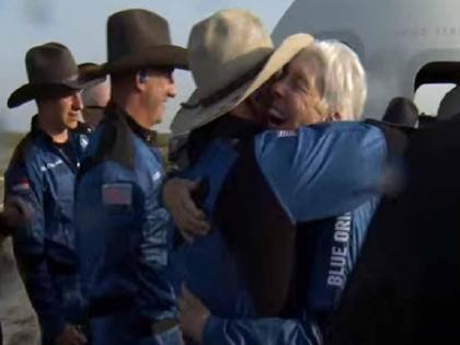 Jeff Bezos returned after traveling to space, the oldest and the youngest person took a walk together | अंतरिक्ष की यात्रा कर लौटे जेफ बेजोस ने बनाया नया इतिहास, यात्रा में सबसे बुजुर्ग और सबसे कम उम्र के शख्स भी थे साथ
