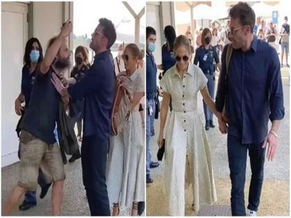 man came near to take selfie with Jennifer Lopez boyfriend Ben was hit Affleck   VIDEO: जेनिफर लोपेज संग सेल्फी लेने पास आया शख्स, बॉयफ्रेंड बेन ऐफ्लेक ने मारा धक्का