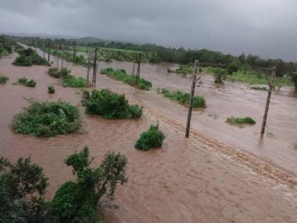 Maharashtra heavy rainsTrain services affected Konkan Railway route6000 passengers strandednine trains diverted   महाराष्ट्र में बारिश की तबाही:कोंकण रेलवे मार्ग पर ट्रेन सेवांए प्रभावित,6000 यात्री फंसे,नौ ट्रेनों के मार्ग में बदलाव