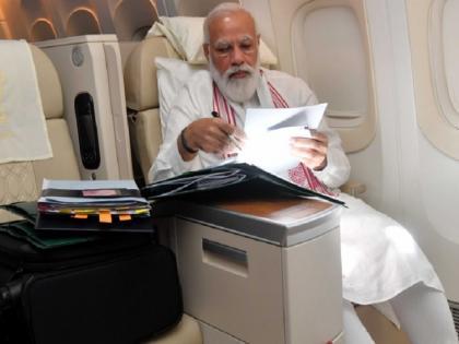 After PM Narendra Modi photo of seeing files in flight congress tweet Manmohan Singh pics   फ्लाइट में फाइलों को निपटाते हैं पीएम नरेंद्र मोदी, फिर मनमोहन सिंह क्या करते थे? कांग्रेस ने ट्वीट की ये खास तस्वीरें