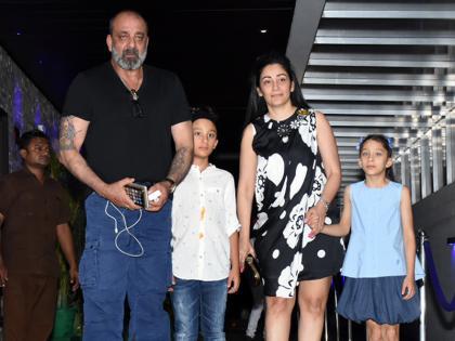 Sanjay Dutt was seen in crutches with son Shahran   संजय दत्त बेटे शहरान संग बैसाखी के सहारे चलते दिखे, खेल खेल में लगी चोट