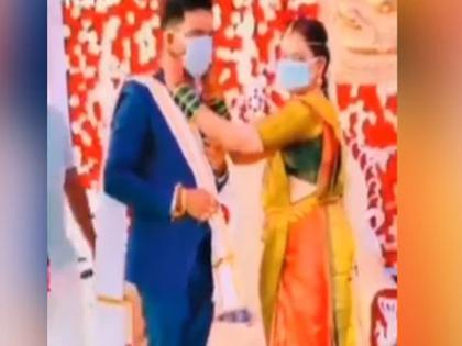 bride and groom wear masks instead of garlands video goes viral on social media   गजब: शादी में वरमाला की जगह दूल्हा-दुल्हन ने एक-दूसरे को पहनाया कुछ ऐसा, जिसे देख हर कोई रह गया हैरान, वीडियो वायरल