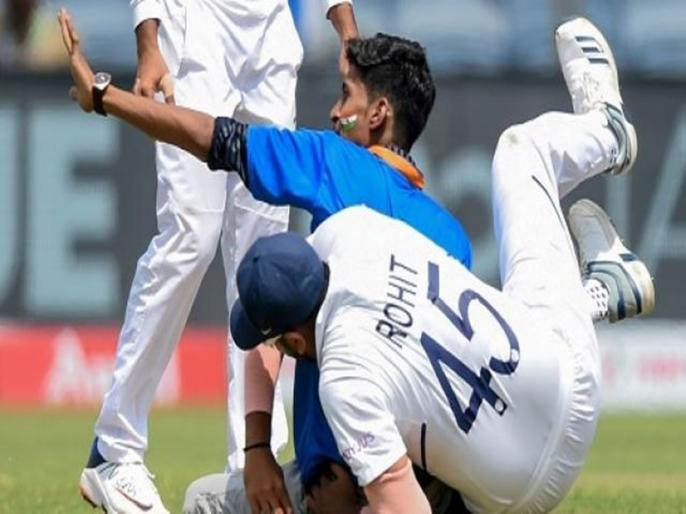 India vs South Africa, 2nd Test: A fan went past the security forces to ran inside the stadium, just after the Lunch break. | IND vs SA: मैदान में घुस आया फैन, रोकने की कोशिश में गिर पड़े रोहित शर्मा