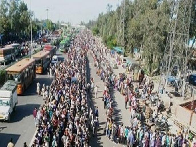 BJP leader sees mischief in large-scale exodus of migrant labourers in Delhi | लॉकडाउन के बीच दिल्ली के हजारों मजदूर कर रहे पलायन, BJP नेता ने बताई 'साजिश'