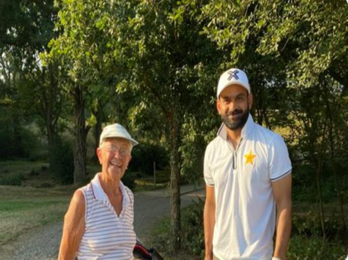 Mohammad Hafeez self-isolating after biosecurity protocol breach | ENG vs PAK: टेस्ट सीरीज के बीच मोहम्मद हफीज ने 'बायो बबल' तोड़ा, पाकिस्तान क्रिकेट बोर्ड नाराज