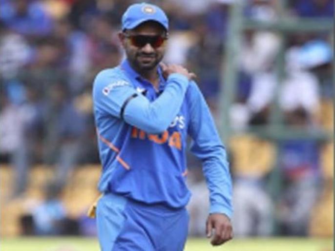IND vs AUS, 3rd ODI: shikhar dhawan hurts left shoulder walks off field | IND vs AUS, 3rd ODI: टीम इंडिया के लिए बुरी खबर, तीसरे वनडे में भी चोटिल हुए शिखर धवन, ले जाया गया मैदान से बाहर
