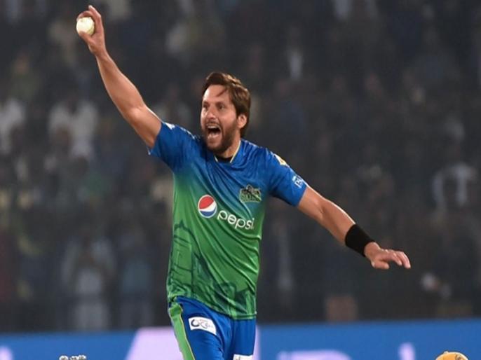 Shahid Afridi tweets to ICC expressing displeasure at umpires not holding bowlers' cap   शाहिद अफरीदी की टोपी लेने से अंपायर का इनकार, ICC पर भड़का दिग्गज बल्लेबाज