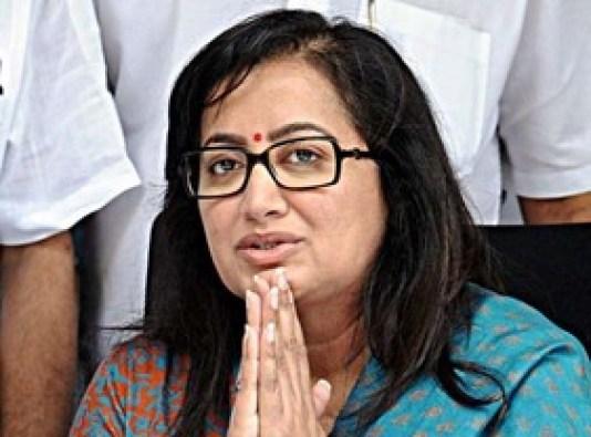 Actor Ambareesh's wife and MP Sumalata in BJP office, speculation to join party intensifies | अभिनेताअंबरीश की पत्नी और सांसदसुमलता भाजपा कार्यालय में,पार्टी में शामिल होने की अटकलें तेज