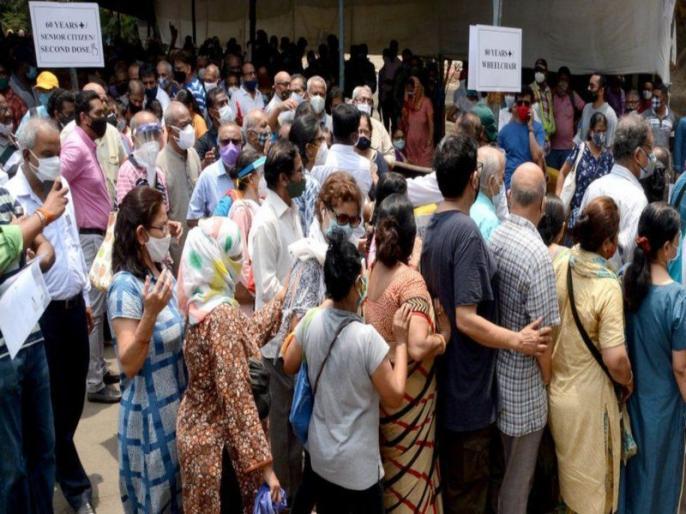 lucknow people break covid social distancing norms at vaccination centre in noida bihar | यूपी में वैक्सीनेशन के लिए आए लोगों की भीड़ से परेशान अस्पताल प्रशासन, सोशल डिस्टेंसिंग की उड़ी धज्जियां तो बुलानी पड़ी पुलिस