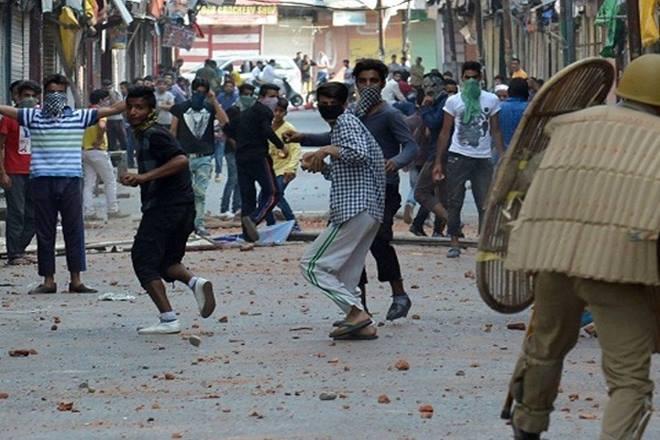 Jammu & kashmir: Stone pelting occur during terrorist last rituals | जम्मू कश्मीर: आतंकी अल-बदर के जनाजे में शामिल युवकों ने सुरक्षा बलों पर किया पथराव, कारवाई में दर्जनों घायल