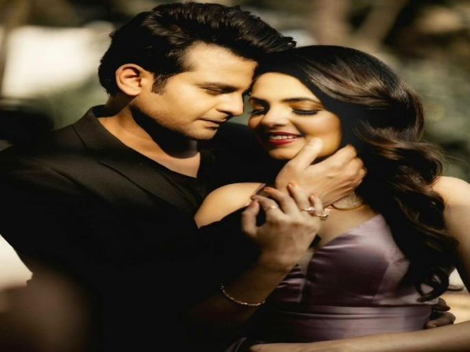 the kapil sharma show fame sugandha mishra and sanket bhosale get engaged share their photos on instagram | द कपिल शर्मा शो : सुगंधा मिश्रा और संकेत भोंसले ने रचाई सगाई , इंस्टाग्राम पर शेयर की तस्वीरें