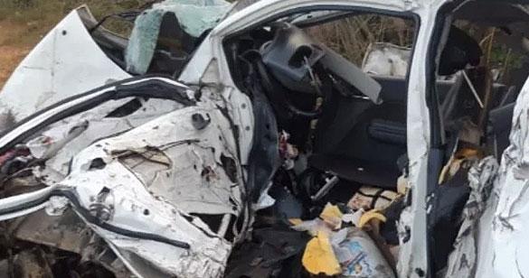 A high-speed car collided with a truck, flew over, killed five people | तेज रफ्तार कार की ट्रक से भीषण भिड़ंत, उड़े परखच्चे,पांच व्यक्तियों की मौत