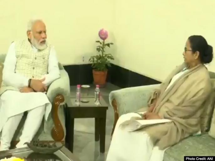 PM Narendra Modi meets West Bengal CM Mamata Banerjee in Kolkata. PM in Kolkata to take part in 150th anniversary celebrations   पश्चिम बंगाल: कोलकाता में पहुंचे PM मोदी, राजभवन में CM ममता बनर्जी ने की मुलाकात